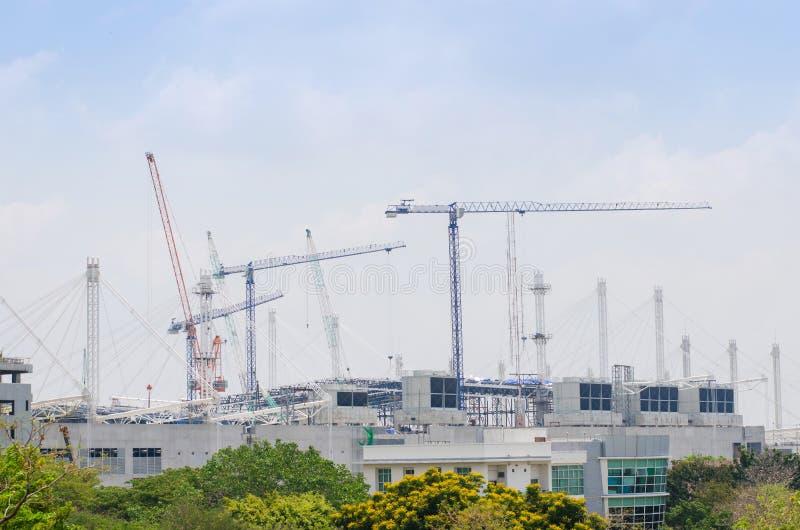 Megabouwwerf en kranen stock fotografie