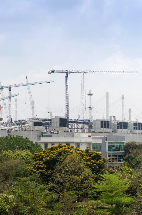 Megabouwwerf en megakranen stock foto's