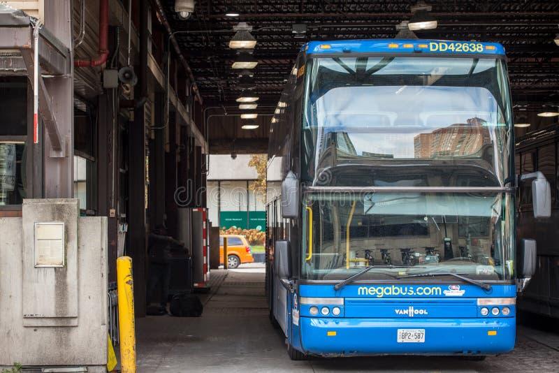 Megabus logo na motorcoach autobusowej pozycji w Toronto Powozowej stacji zdjęcie stock