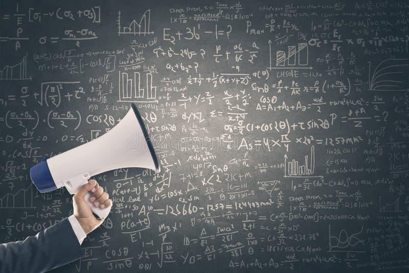 Megafon med matematisk formel på svart tavla arkivfoto