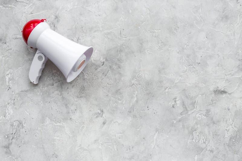 Megafonen gör ett meddelande på grått utrymme för kopia för bästa sikt för bakgrund fotografering för bildbyråer