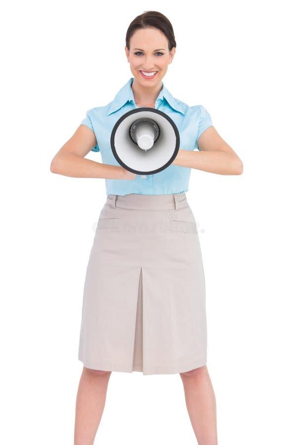 Megafono di classe sorridente della tenuta della donna di affari immagine stock libera da diritti