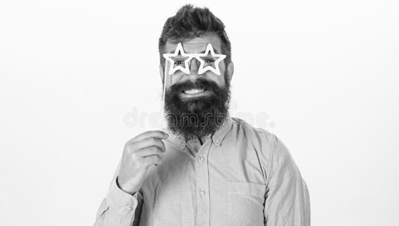 Megagwiazda pojęcie Modniś z brodą i wąsy na rozochoconej uśmiechniętej twarzy pozuje z gwiazdowymi kształtnymi szkłami, kopii pr zdjęcie stock