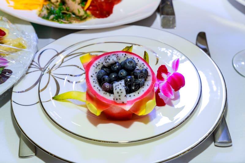 Megalanthus, Pitaya o Dragon Fruit del Selenicereus di Pitahaya Frutta servita in un piatto immagini stock libere da diritti