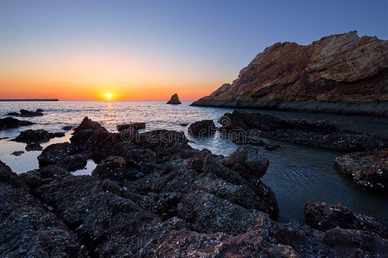 Megalit w brzegowym wschód słońca obrazy stock