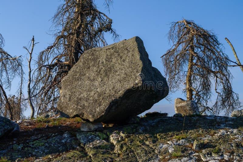 Megalitisk sten - `-seid`, på berget Vottovaara, Karelia royaltyfri bild