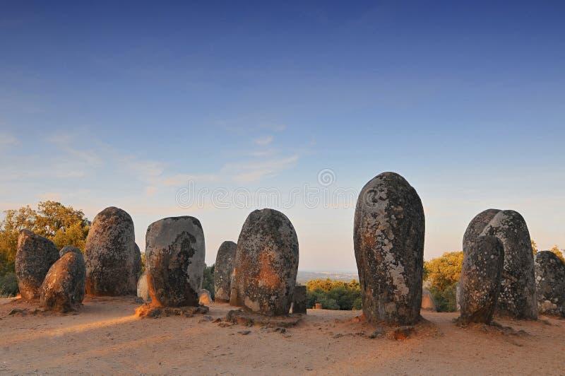 Megalitos del Cromlech de Almendres, Portugal imagenes de archivo