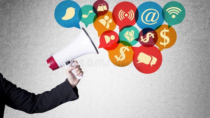 Megaphon mit Netzikonen Social Media Fahrwerkbeine und Frauenbeutel auf weißem Hintergrund lizenzfreies stockfoto
