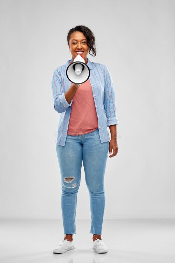 Ευτυχής γυναίκα αφροαμερικάνων πέρα από το γκρίζο υπόβαθρο στοκ φωτογραφία με δικαίωμα ελεύθερης χρήσης