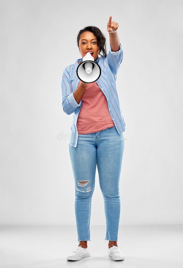Ευτυχής γυναίκα αφροαμερικάνων πέρα από το γκρίζο υπόβαθρο στοκ εικόνες με δικαίωμα ελεύθερης χρήσης
