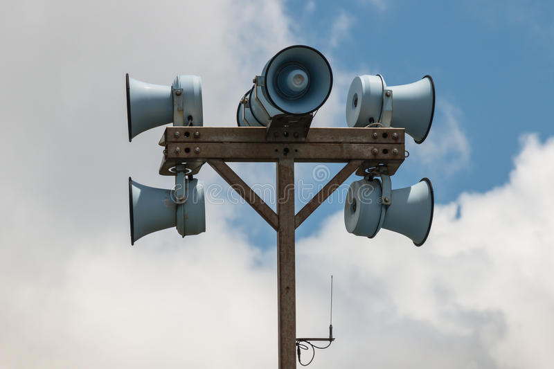 Megaphones στον πόλο στοκ φωτογραφία με δικαίωμα ελεύθερης χρήσης