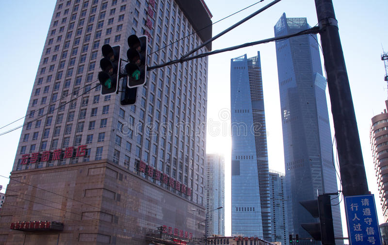 Megapolis ilumina-se perto dos arranha-céus fotografia de stock royalty free