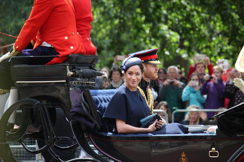 Meghan Markle & för prins Harry materiel, London UK, 8 Juni 2019 - Meghan Markle Prince Harry Trooping färgkungafamiljen royaltyfria foton