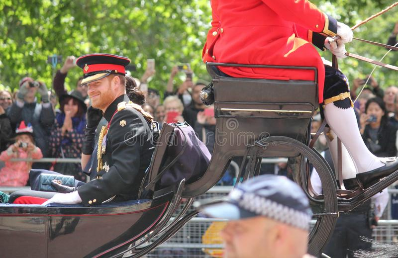 Meghan Markle & för prins Harry materiel, London UK, 8 Juni 2019 - Meghan Markle Prince Harry Trooping färgkungafamiljen royaltyfria bilder