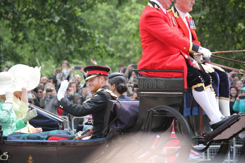 Meghan Markle & för prins Harry materiel, London UK, 8 Juni 2019 - Meghan Markle Prince Harry Trooping färgkungafamiljen arkivfoton