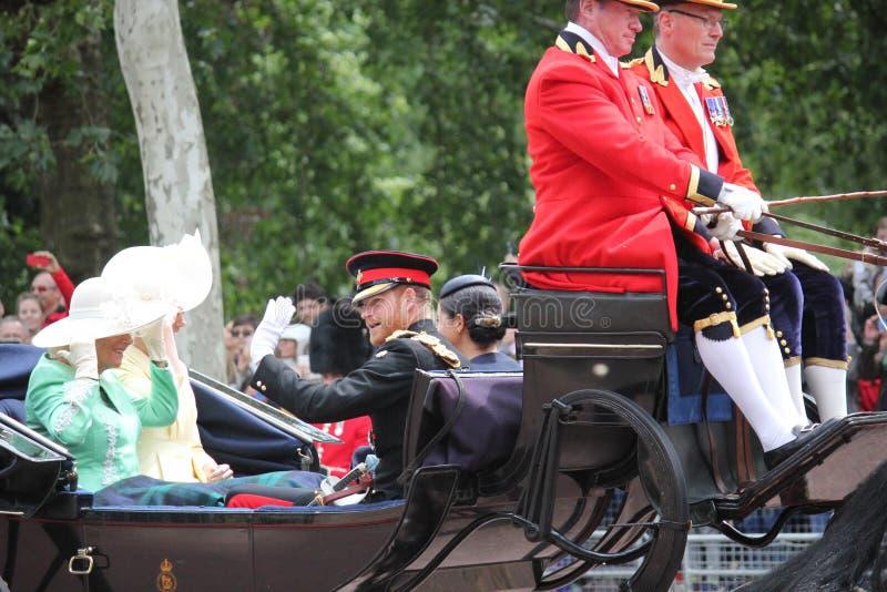 Meghan Markle & för prins Harry materiel, London UK, 8 Juni 2019 - Meghan Markle Prince Harry Trooping färgkungafamiljen royaltyfri fotografi