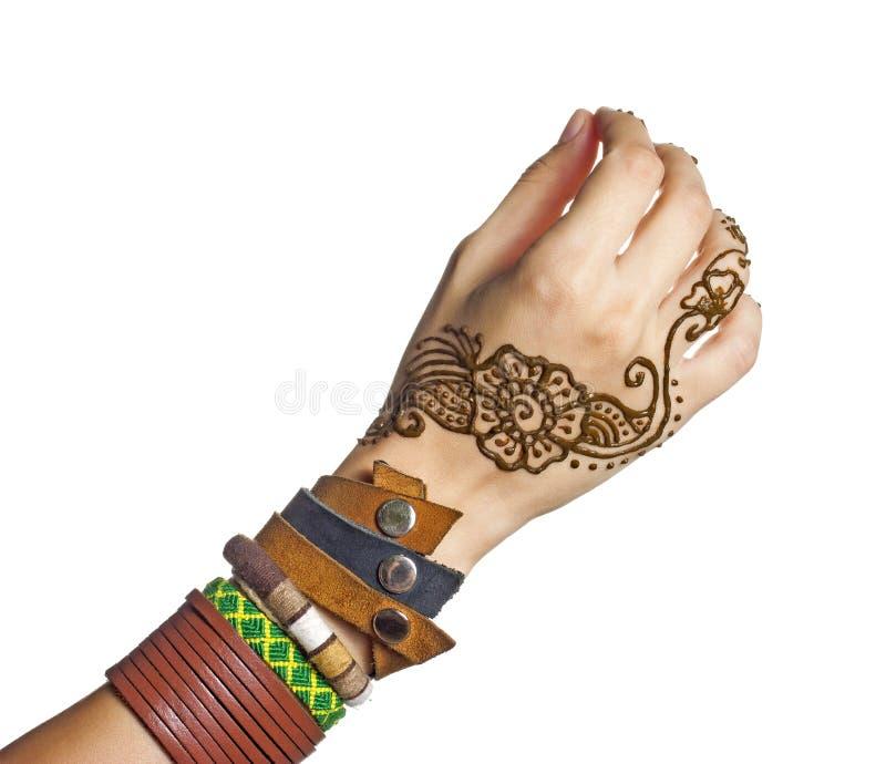 Mehendi o tatoo del hennè sulle mani della femmina in braccialetti immagini stock