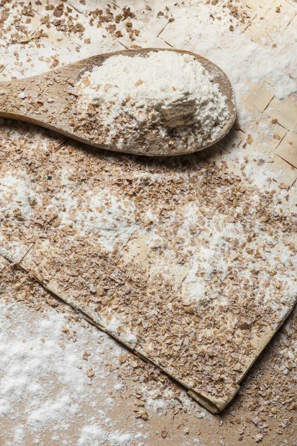 Mehl auf einem hölzernen Löffel stockbild