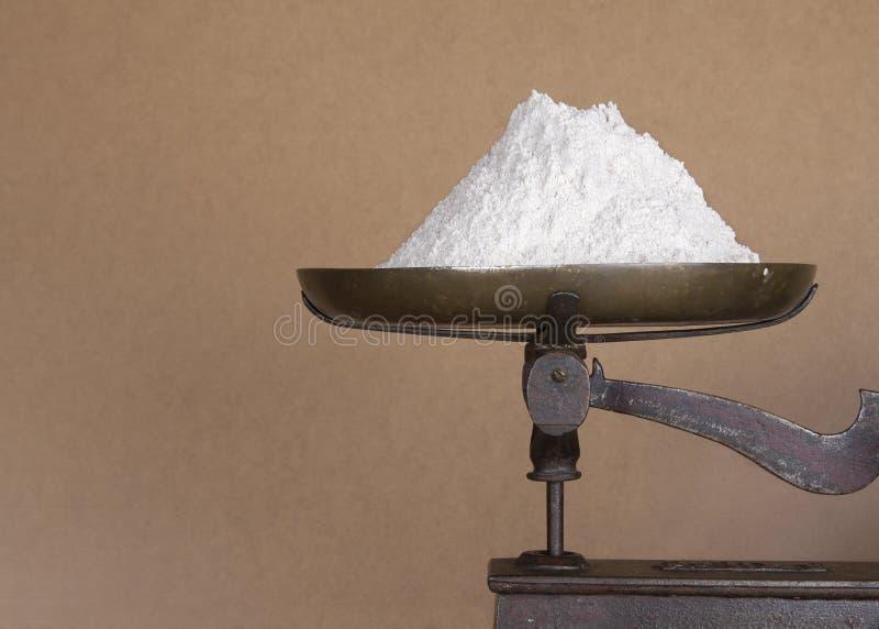 Mehl auf Küchenskalen stockbilder