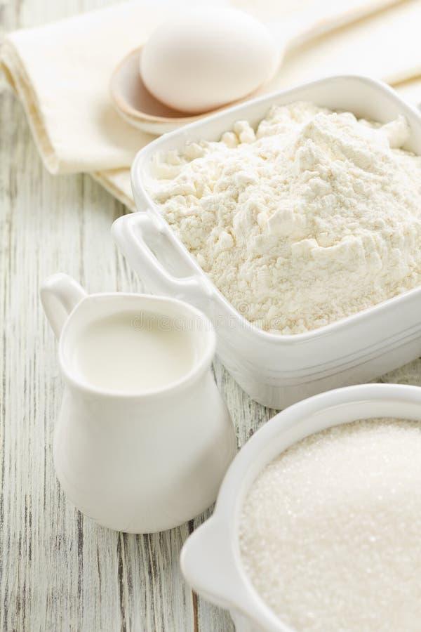 Mehl, Eier, Milch, Zucker lizenzfreie stockbilder