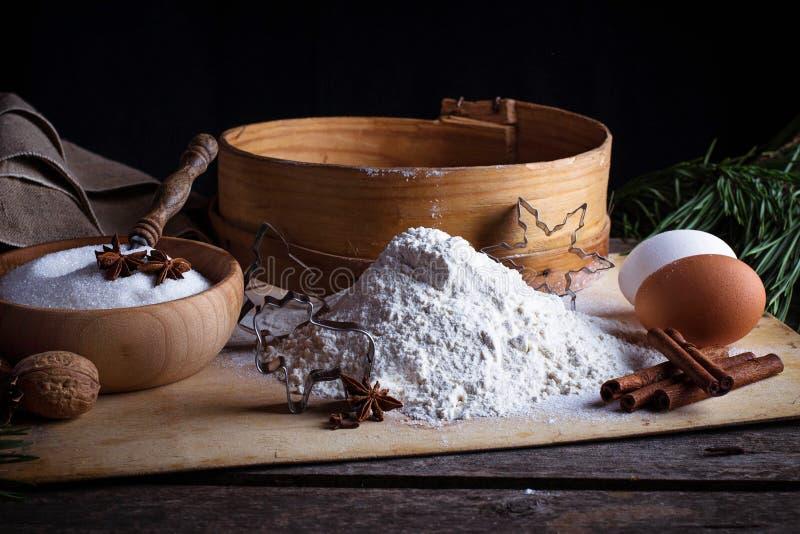 Mehl, Sieb und Eier stockbilder