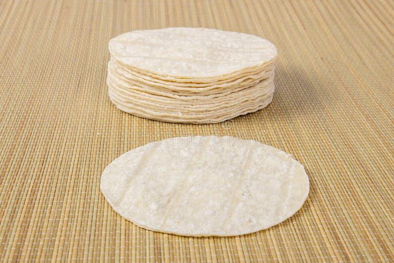 Mehl-Tortillas auf einem Bambusstich-Hintergrund stockbild