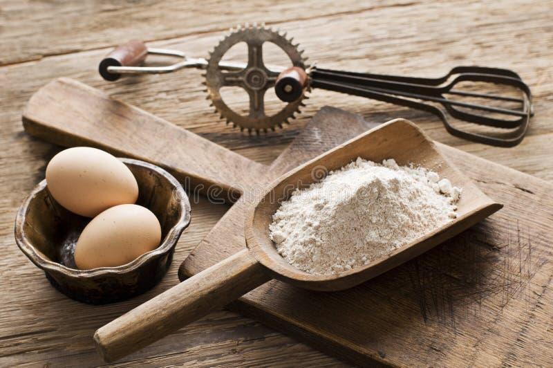 Mehl und Eier stockfotografie
