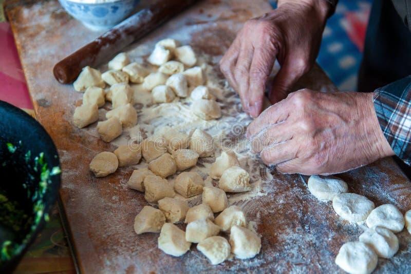 Mehlklöße des traditionellen Chinesen Kochen von selbst gemachten Mehlklößen mit Fleisch lizenzfreie stockbilder
