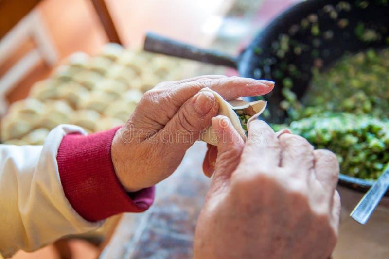 Mehlklöße des traditionellen Chinesen Kochen von selbst gemachten Mehlklößen mit Fleisch stockfotos