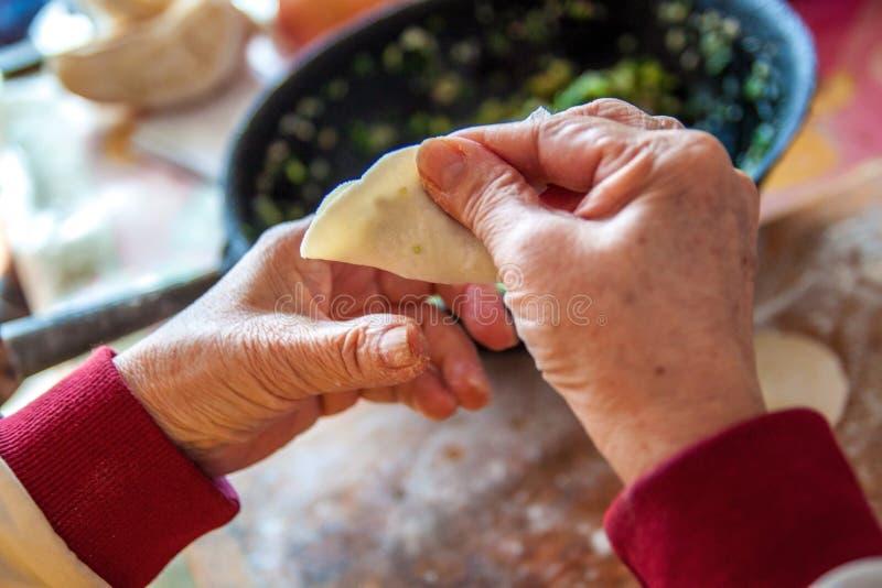 Mehlklöße des traditionellen Chinesen Kochen von selbst gemachten Mehlklößen mit Fleisch und Grüns lizenzfreies stockbild