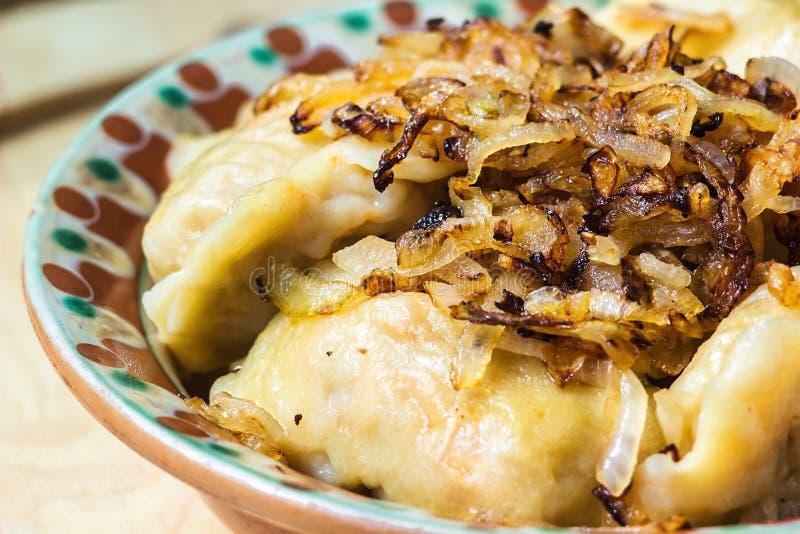 Mehlklöße mit Fleisch und Zwiebeln Selektiver Fokus Schließen Sie herauf frische gekochte Mehlklöße mit heißen Dämpfen auf hölzer lizenzfreies stockfoto