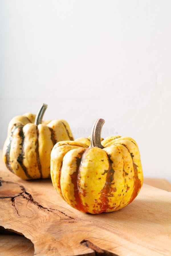 Mehlkloß-Kürbiskürbis des gesunden Nahrungsmittelkonzeptes organischer süßer auf Holz lizenzfreies stockbild