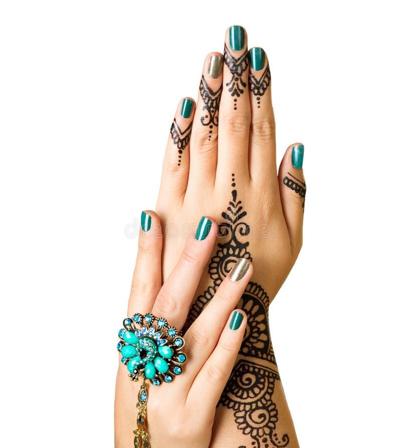 Mehndi tatuaż odizolowywający na bielu Kobiet ręki z czarnym henna tatuażem fotografia royalty free