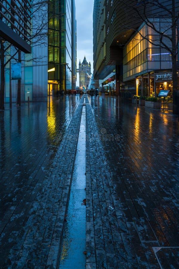 Mehr London-Flussufer mit der Turm-Brücke gesehen in einem Abstand lizenzfreies stockfoto