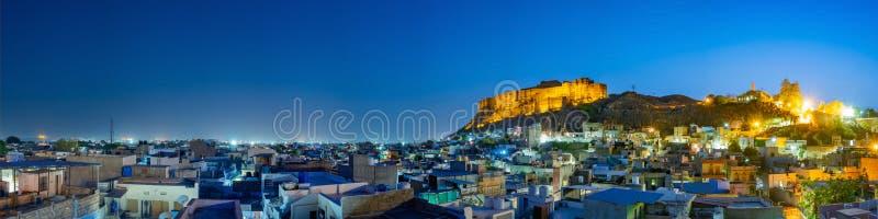 Mehrangarh堡垒全景在晚上时间的乔德普尔城,拉贾斯坦,印度 库存图片