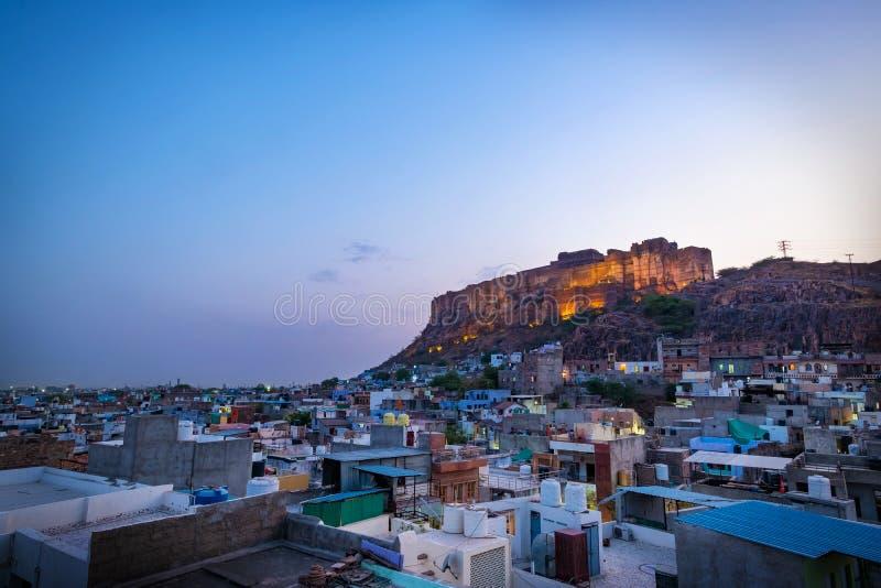 Mehrangarh堡垒在晚上时间的乔德普尔城,拉贾斯坦,印度 免版税图库摄影