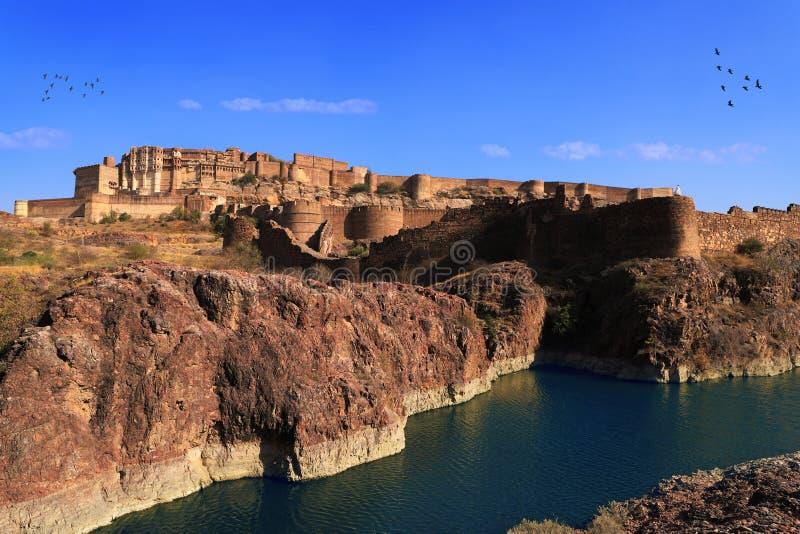 Mehrangarh堡垒有湖视图在乔德普尔城,拉贾斯坦,印度 免版税库存照片