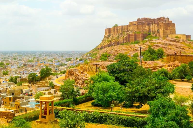 Mehrangarh fort som förbiser Jodhpur och den omgeende slätten royaltyfria bilder