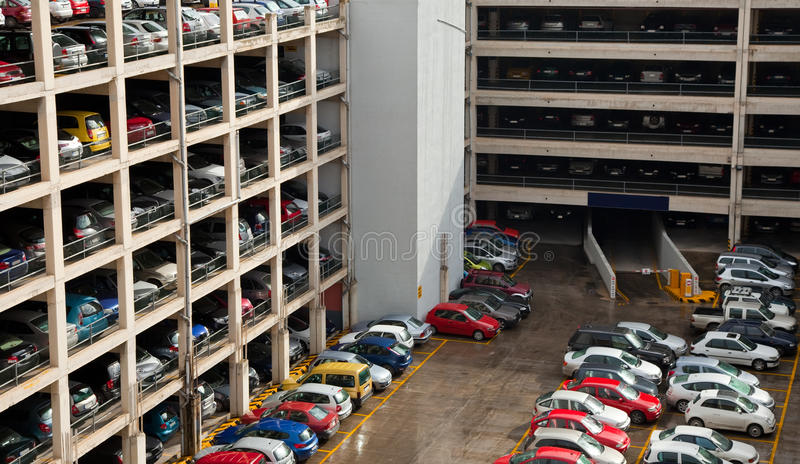 Mehrebenenparkenplatz stockfotografie
