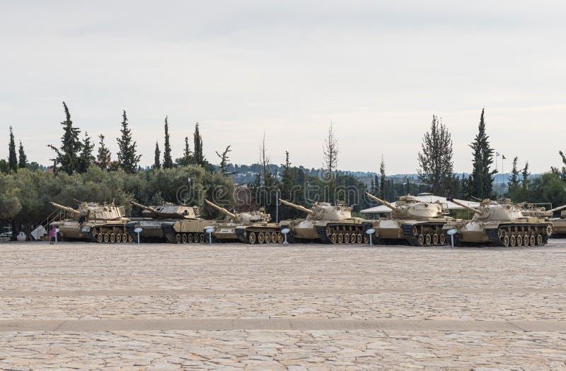 Mehrere alte Panzer befinden sich auf der Gedächtnisstätte in der Nähe des Museums des gepanzerten Korps in Latrun, Israel lizenzfreies stockbild