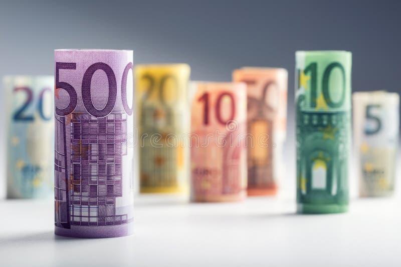 Mehrere Hundert Eurobanknoten gestapelt durch Wert Eurogeldkonzept Rolls-Eurobanknoten Fünf, 10 und fünfzig Eurobanknoten stockbilder
