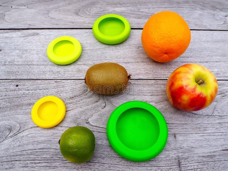 Mehrfach wiederverwendbare Silikon-Lebensmittelverpackungen für geschnittene Früchte, um den Lebensmittelabfall in einer nicht ab stockfoto
