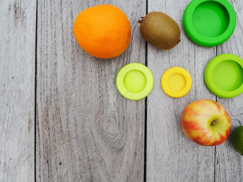Mehrfach wiederverwendbare Silikon-Lebensmittelverpackungen für geschnittene Früchte, um den Lebensmittelabfall in einer nicht ab stockbild