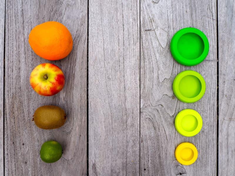 Mehrfach wiederverwendbare Silikon-Lebensmittelverpackungen für geschnittene Früchte, um den Lebensmittelabfall in einer nicht ab lizenzfreie stockfotos