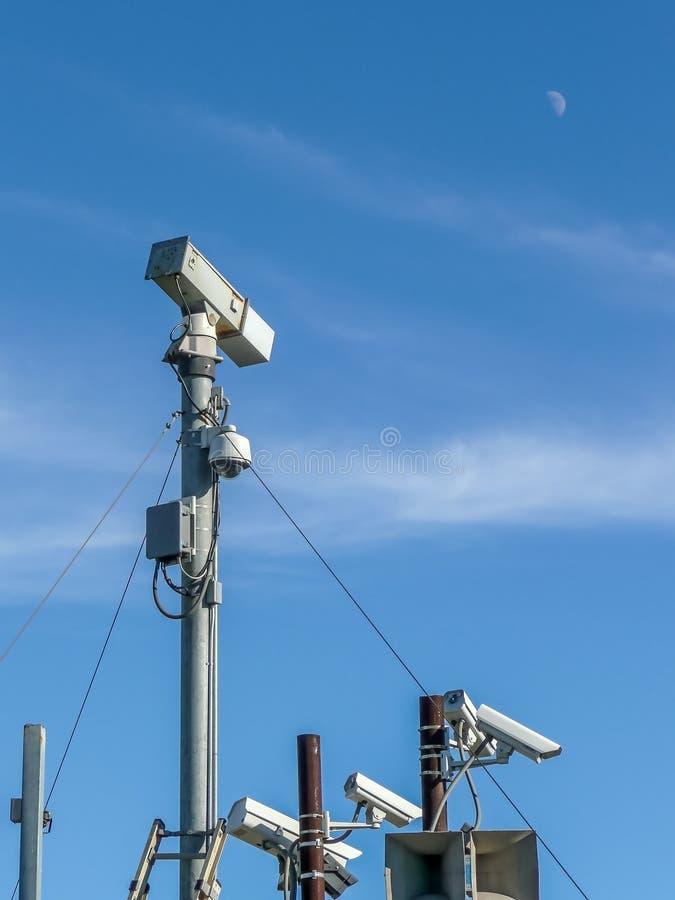 Mehrfache Überwachungskameras lizenzfreie stockfotografie