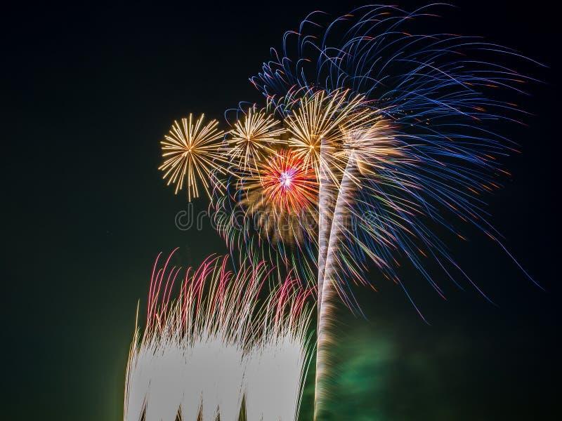 Mehrfache Feuerwerke gesprengt im nächtlichen Himmel stockbilder