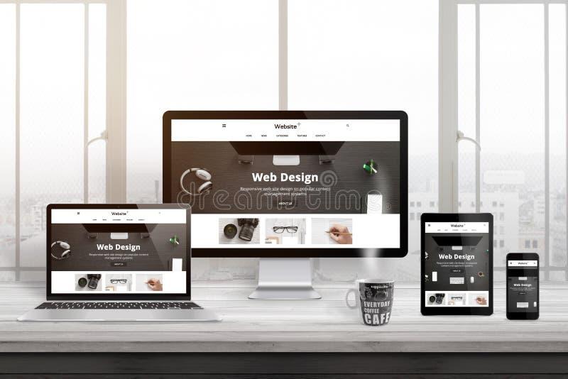 Mehrfache Geräte mit moderner, entgegenkommender, flacher Websitedarstellung stockfotografie