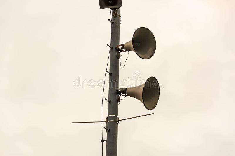 Mehrfache Lautsprecher auf einem Pfosten, zum jeder sicherzustellen hört den Ann lizenzfreie stockfotografie