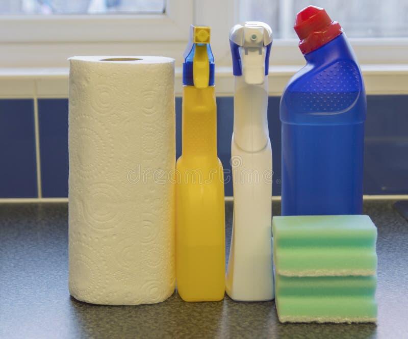 Mehrfache Reinigungs-Produkte und Küchenrolle stockfotos