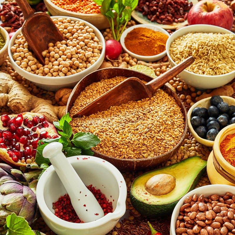 Mehrfache Schüsseln gefüllt mit Samen und Hülsenfrüchte stockbild